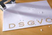 Ein gelochtes Blatt mit dem Wort DSGVO