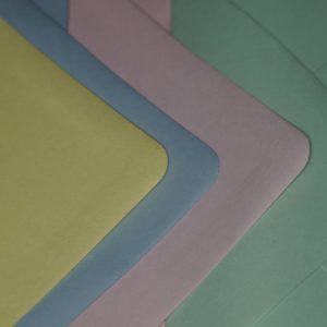 Pastellfarbene Kuverts