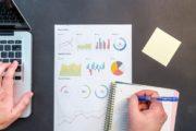 Blatt mit Diagrammen auf einem Schreibtisch